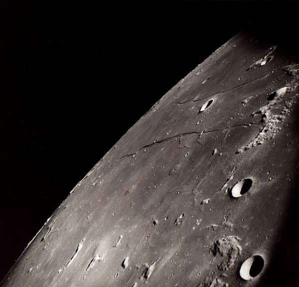 Źródło zdjęcia: By NASA (image by Apollo 8) [Public domain], via Wikimedia Commons