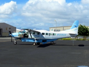 Podobna Cessna 208 Caravan na Honolulu International Airport. Autor: redlegsfan21 from Vandalia, OH, United States (N129CG) [CC BY-SA 2.0 (http://creativecommons.org/licenses/by-sa/2.0)], Wikimedia Commons