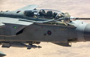 Tornado GR4 from 903 Expeditionary Air Wing (EAW), z bazy Royal Air Force Akrotiri na Cyprze /  Photo: Cpl Graham Taylor RAF/MOD [OGL (http://www.nationalarchives.gov.uk/doc/open-government-licence/version/1/)], via Wikimedia Commons